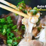 礼文島の漁師料理と云われる「ほっけのちゃんちゃん焼き」。ナマのホッケは1尾300円ほどで手に入る。