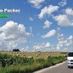 夏雲が沸き立つ空の下に、牧草ロールが転がる広大な畑を偶然見つけてクルマを停めた。